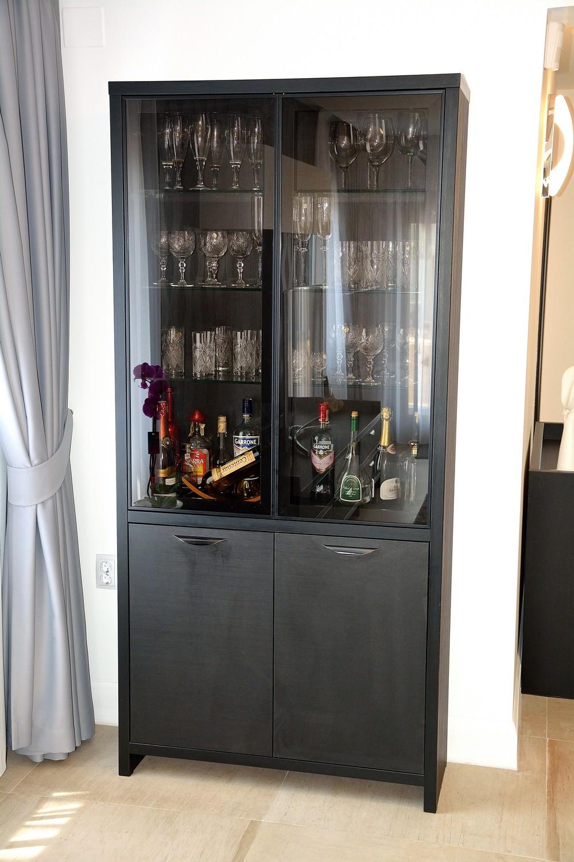 Bar pentru vinuri confectionat din Pal dublat Negru Striat 0190SN cu 2 usi din sticla fumurie cu rama din aluminiu