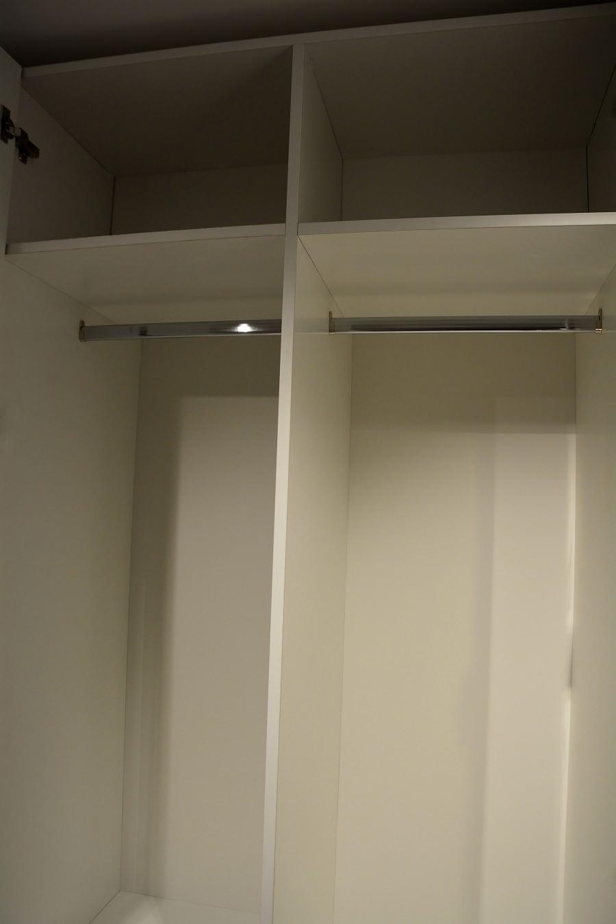 Bara de haine pentru dressing modern realizat din Pal Alb pe interior cu usi din Mdf Vopsit Mat cu frezare 900x1350 2