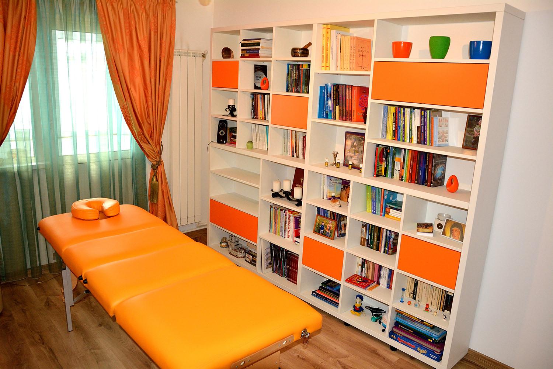 Biblioteca moderna modulara realizata din pal alb fibra si fronturi din pal Orange mat