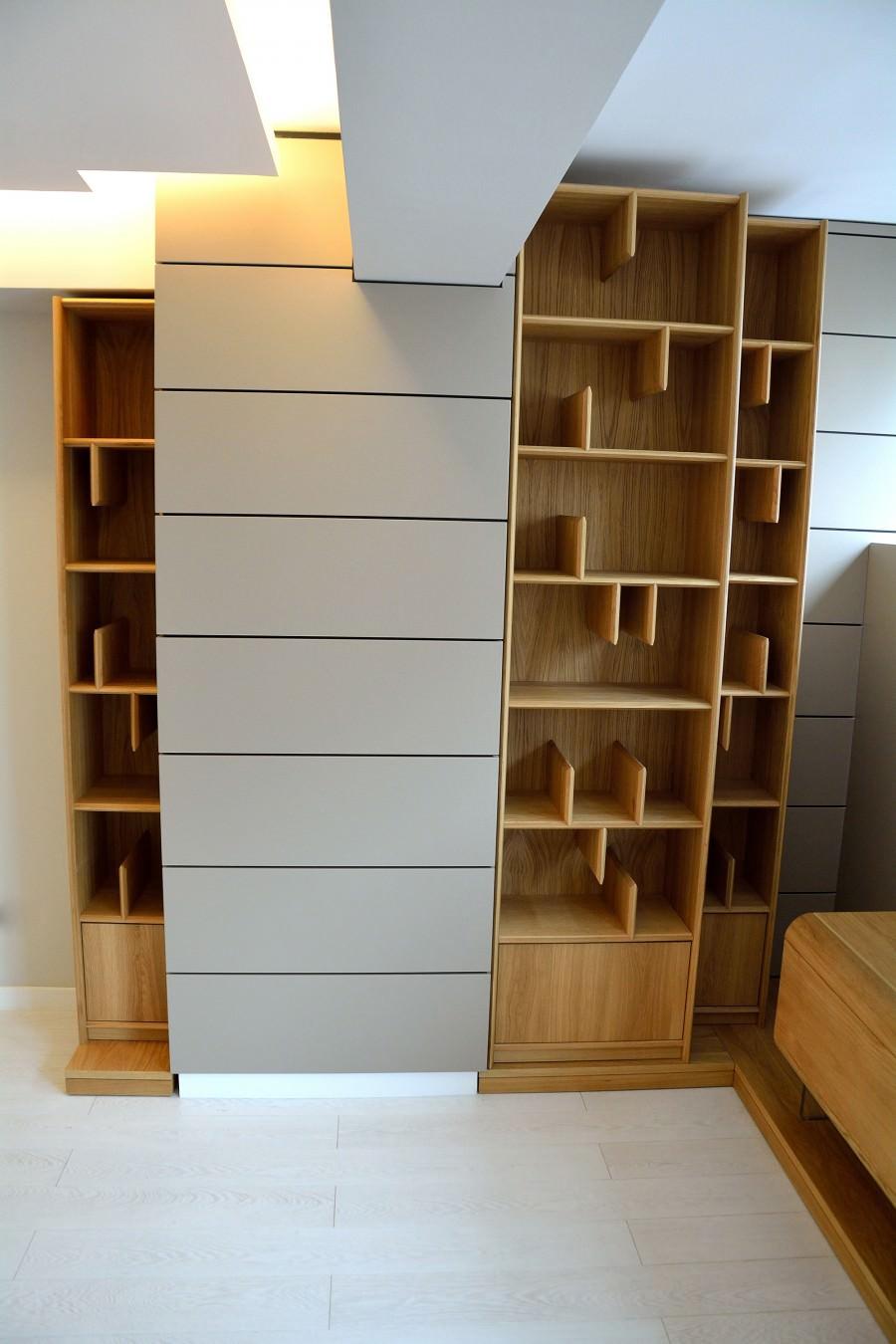 Biblioteca moderna realizata din Lemn masiv stejar natural plasata in living placat in intregime din Mdf Vopsit Mat Gri 900x1350 2