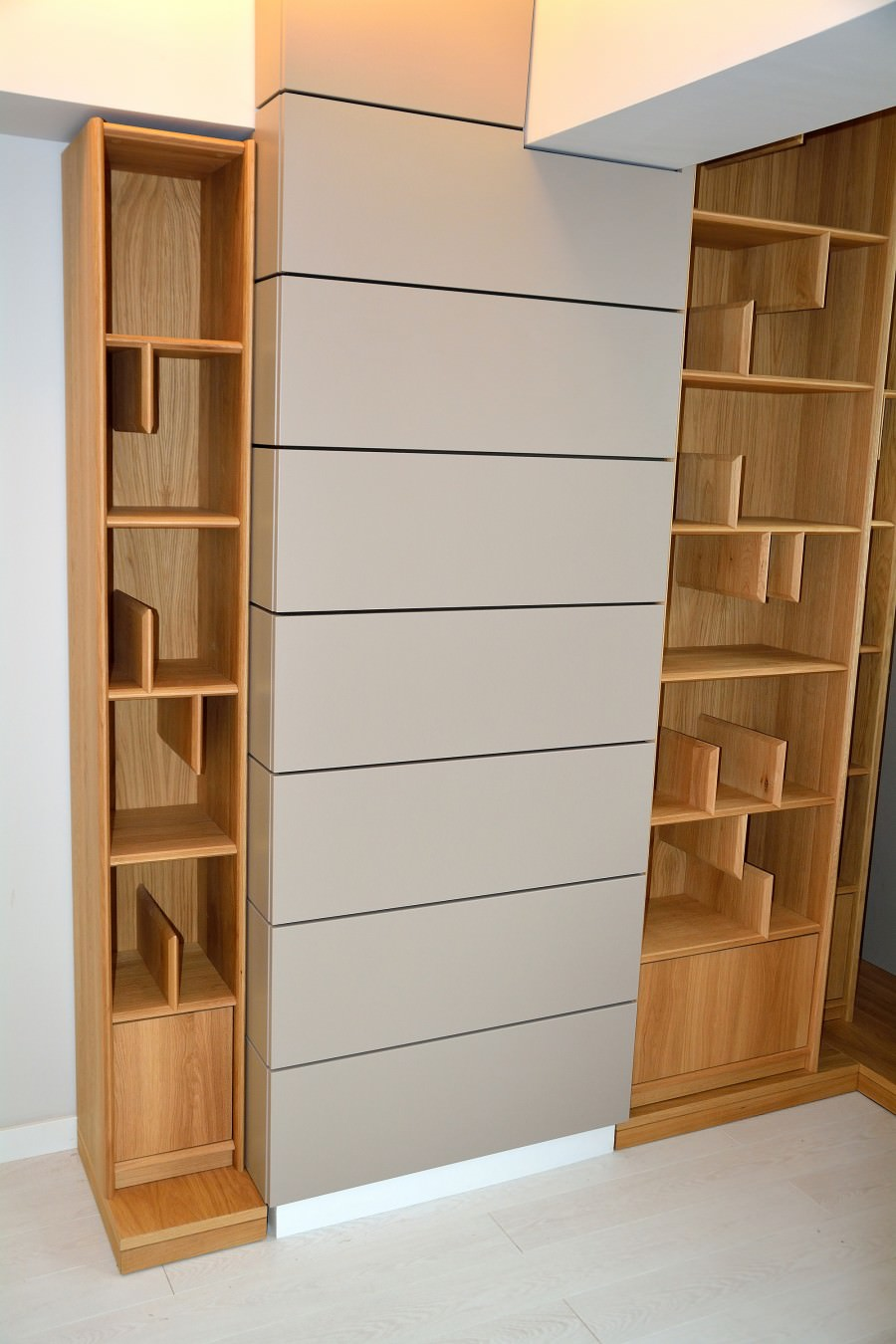 Biblioteca moderna realizata din lemn masiv stejar natur cu placari perete din Mdf Vopsit Mat Gri 900x1350 2