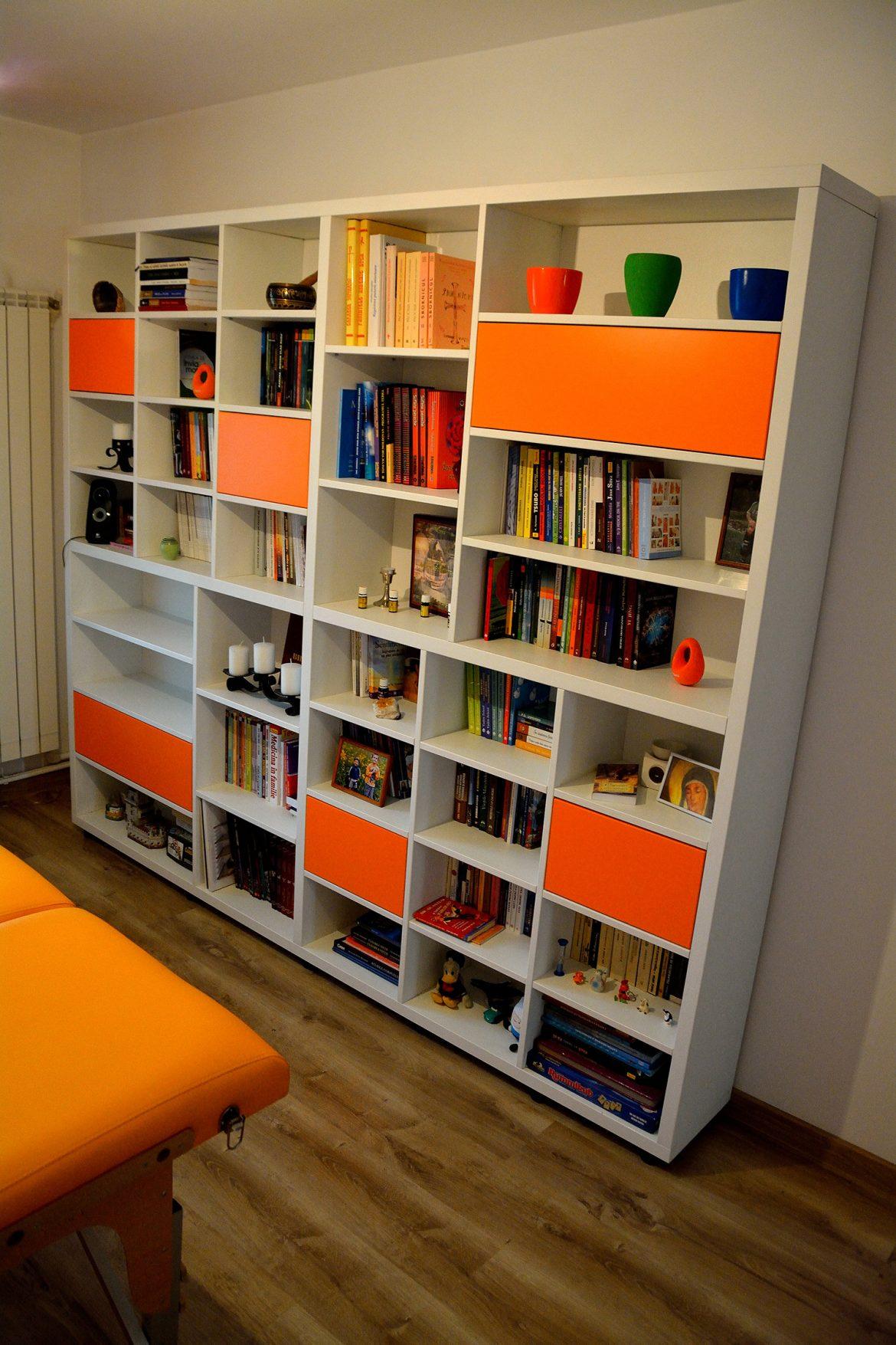 Biblioteca moderna realizata la comanda din pal alb fibros si usi din pal Orange