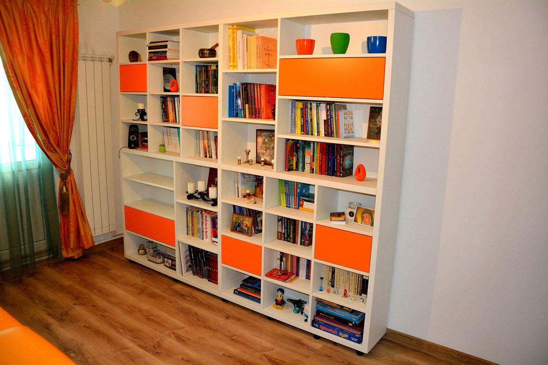 Biblioteca moderna realizata pe comanda Yulmob din pal alb si orange