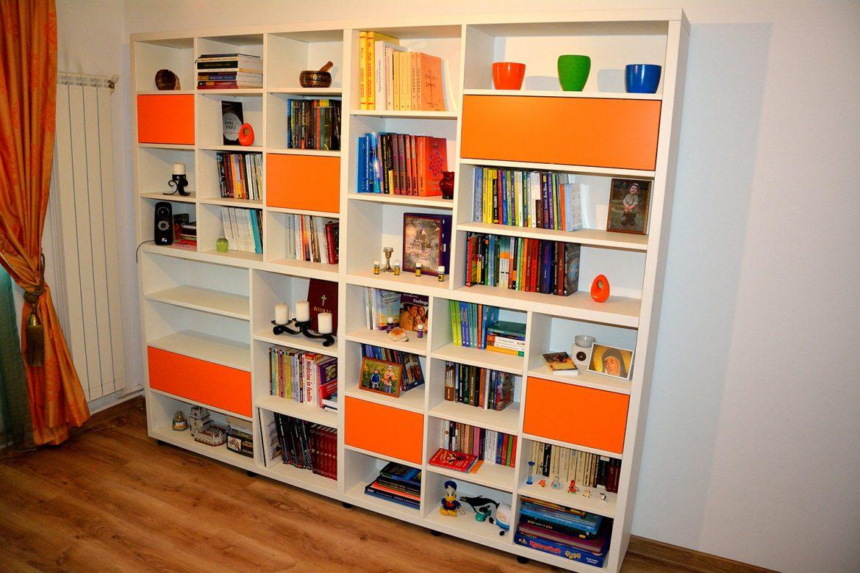 Biblioteca moderna realizata pe comanda Yulmob din pal alb si orange 2