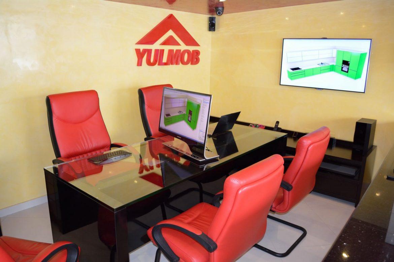 Birou Showroom Yulmob din MDF Vopsit Negru Lucios Metalizat de 72 mm cu Blat de Sticla Securizata de 19 mm 1 1