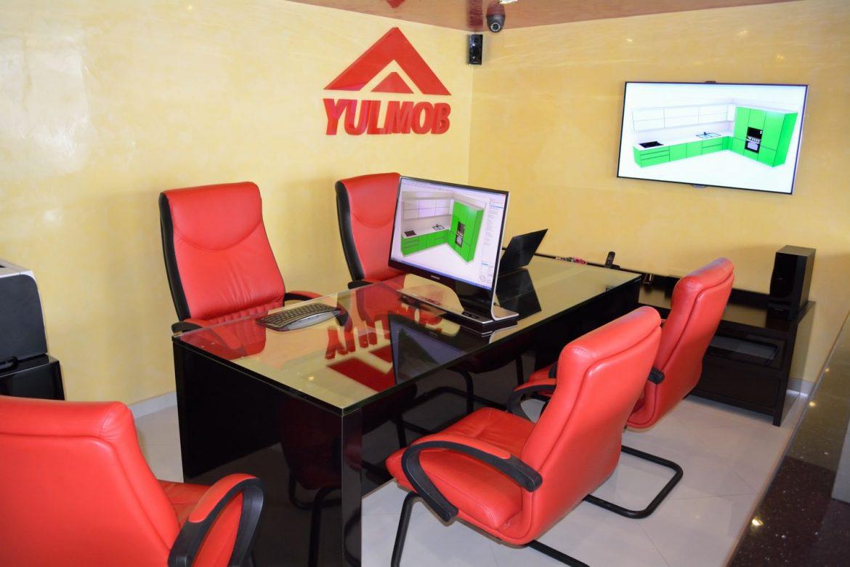 Birou Showroom Yulmob din MDF Vopsit Negru Lucios Metalizat de 72 mm cu Blat de Sticla Securizata de 19 mm Mobila Bacau 1