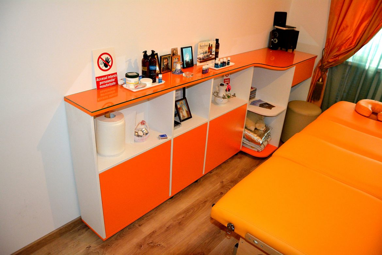 Birou cabinet modern realizat din pal alb fibros cu usi din pal alb si blat din sticla pe curb
