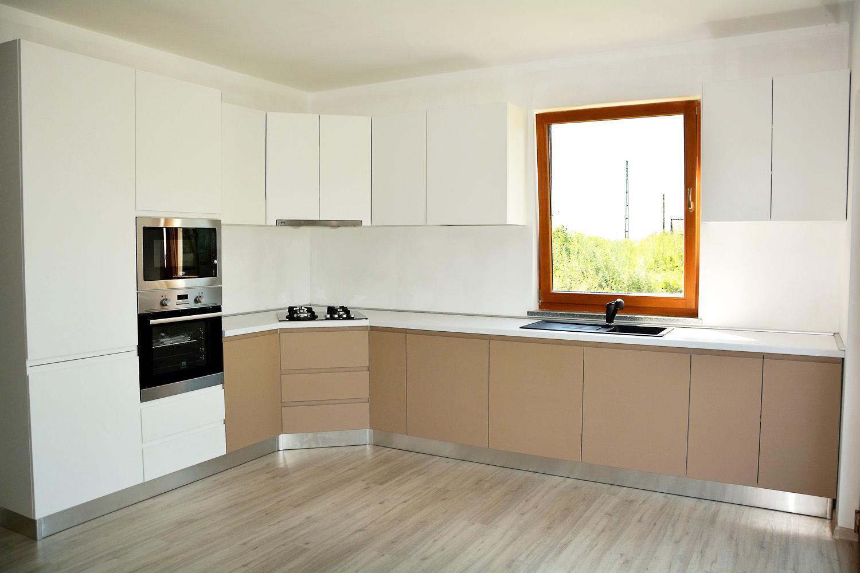 Bucatarie moderna cu carcasa din pal alb cu usi din MDF vopsit mat cappuccino RAL 1019 cu alb RAL 9003 cu accesori Blum