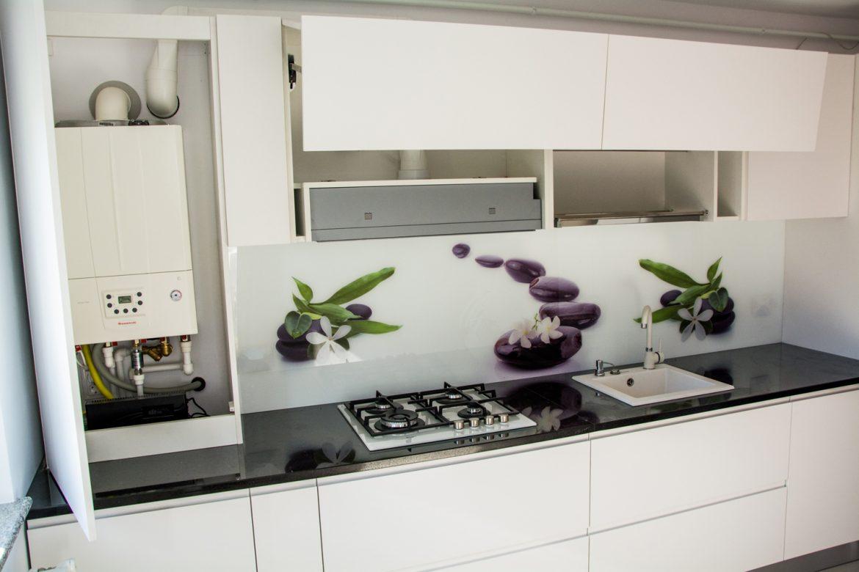 Bucatarie moderna detali mobilier suspendat cu usi din MDF alb mat cu sistem de ridicare aventos HF silentios