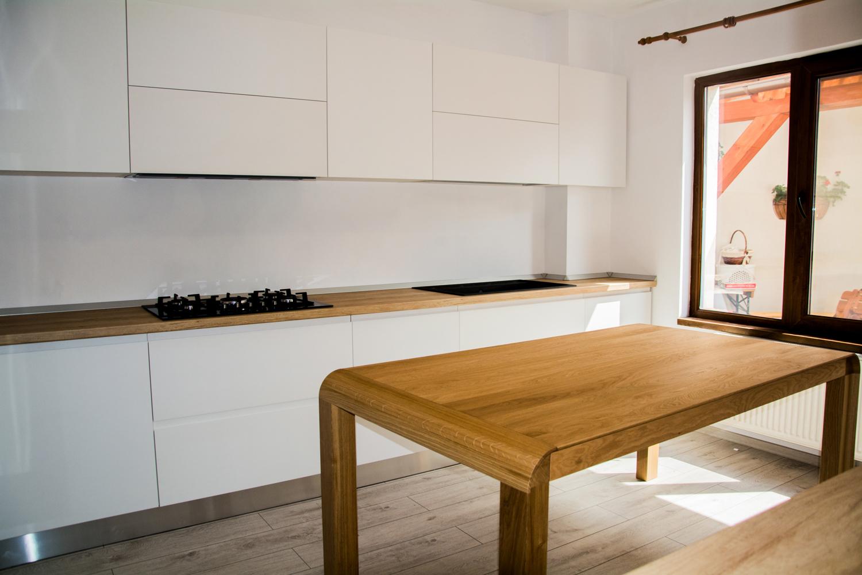 Bucatarie moderna la comada cu usi din MDF vopsit alb mat cu frezare maner RAL 9003 masa din lemn masiv din stejar 1