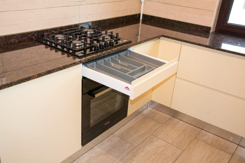 Bucatarie moderna la comanda cu sertare silentios antaro blum deasupra cuptorului electric