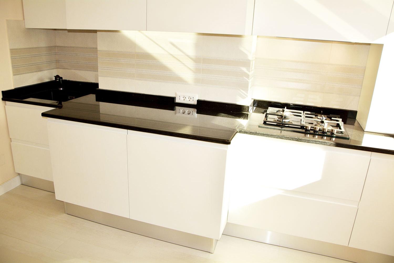 Bucatarie moderna la comanda cu usi MDF vopsit alb RAL 9003 frezare manere plinta picioare PVC blat granit electrocasnice incorporabile si sisteme feronerie Blum 2