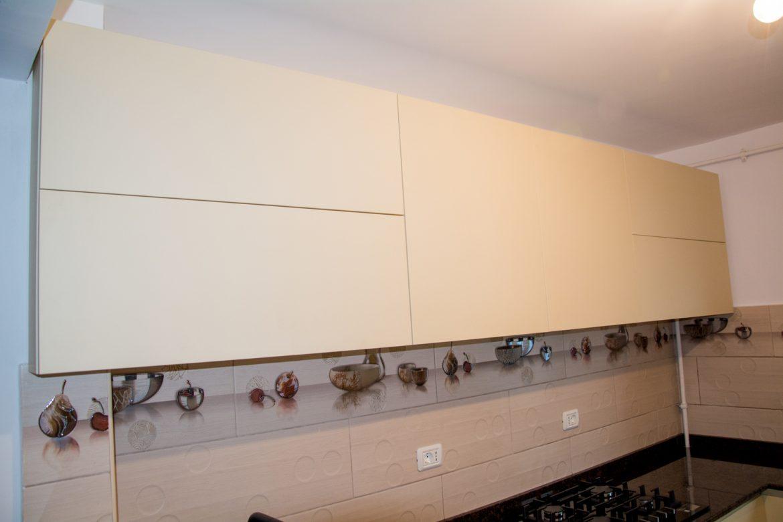 Bucatarie realizata la comanda cu sisteme silentioase aventos si scurgator de vase de inox si usi din MDF vopsit crem mat RAL 1015