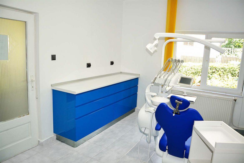 Cabinet stomatologic Yulmob bacau cu sertare silentioase antaro inaltator sticla cu fete din MDF vopsit blue ocean lucios frezare maner RAL 5002