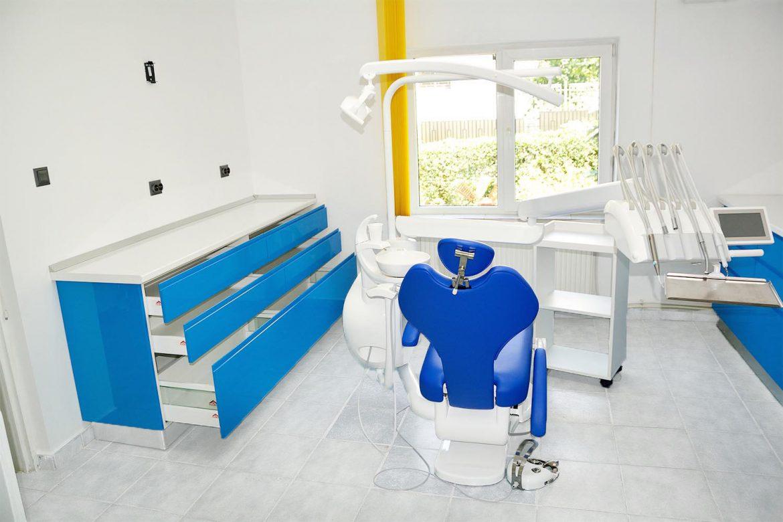 Cabinet stomatologic Yulmob cu fete din MDF vopsit blue ocean lucios sertare silentioase antaro cu inaltator sticla Blum