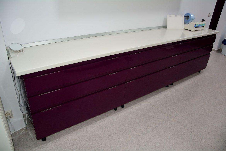 Cabinet stomatologic cu Banc de lucru realizat din Mdf Vopsit Lucios RAL 4007 frezare maner cu 9 sertare silentioase Blum si blat alb lucios