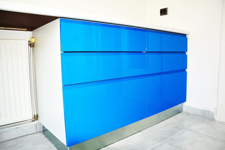Cabinet stomatologic detali fete din MDF vopsit blue ocean lucios frezare maner RAL5002 Blat alb lucios de 40 mm termorezistent