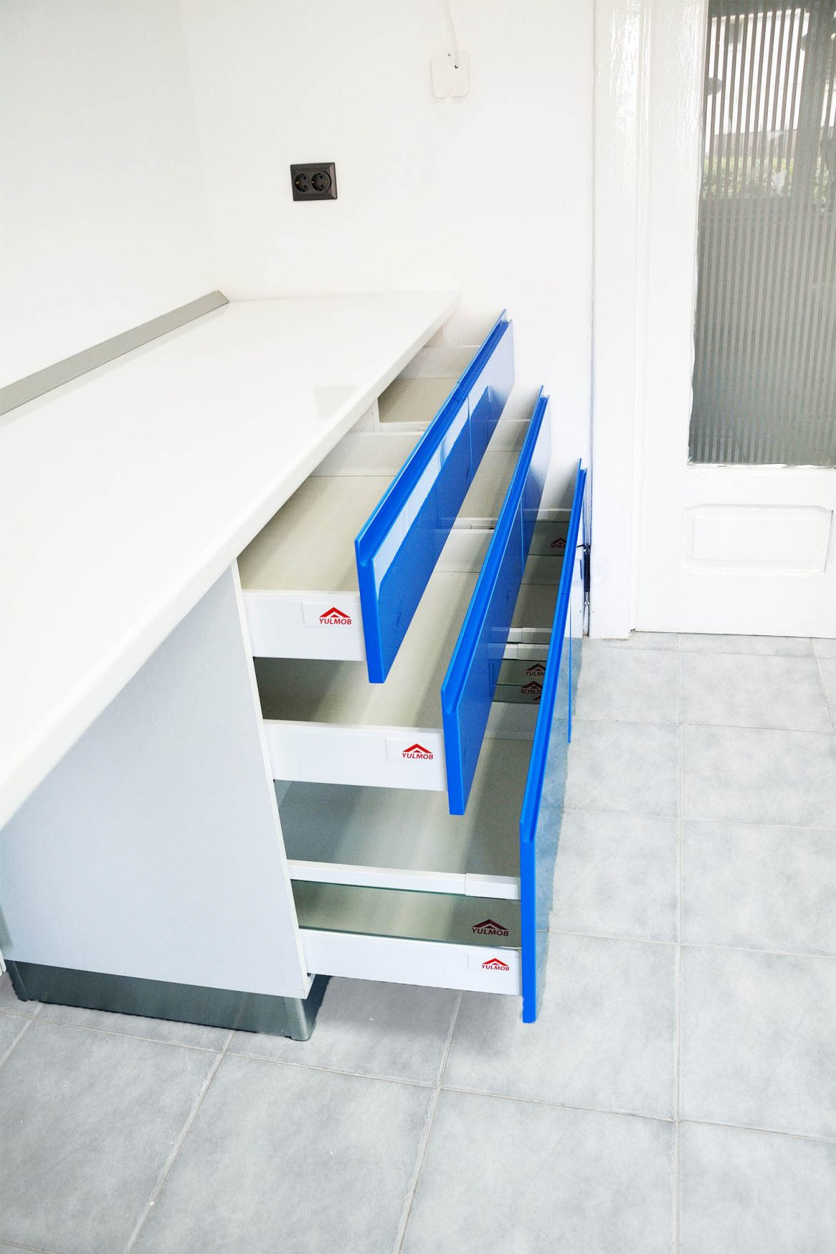 Cabinet stomatologic detali sertare cu silentioase antaro Blum fete din MDF vopsit blue ocean lucios frezare maner RAL 5002 copy 1