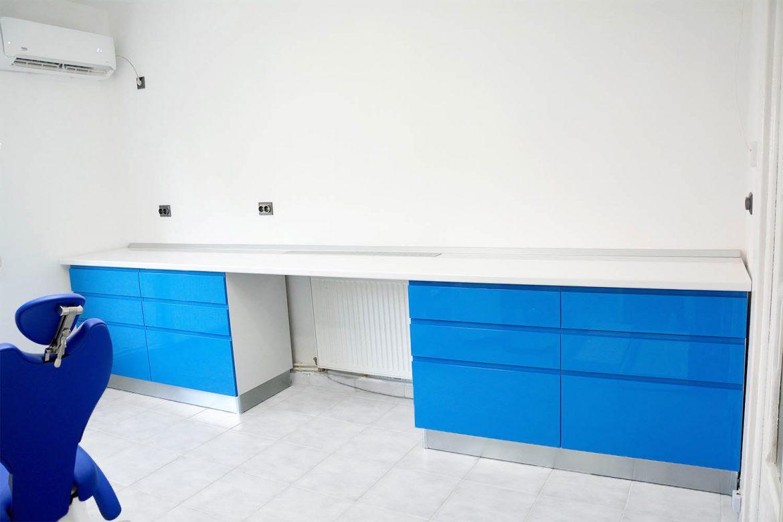 Cabinet stomatologic realizat din pal alb cu fete din MDF vopsit blue ocean lucios frezare maner sertare silentioase antaro Blum