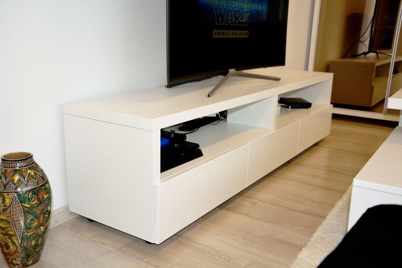 Comoda TV din pal dublat de 36 mm cu usi din MDf vopsit alb lucios RAL 9003 cu interior din pal alb fibros si sertare silentioase Blum 1