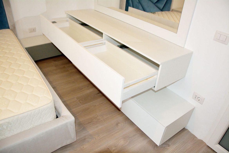 Comoda dormitor din pal alb fibros de 18 mm cu fete din MDF vopsit alb lucios RAL 9003 si MDF vopsit gri lucios RAL 7038 sertare Blum cu amortizare inaltatoare sertar oglinda cu panou in spate
