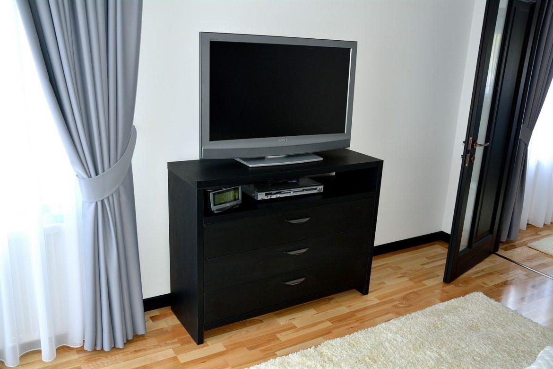 Comoda moderna Living realizata din Pal dublat de 36 mm Negru Striat 0190SN cu sertare cu amortizare Blum pentru Plasma