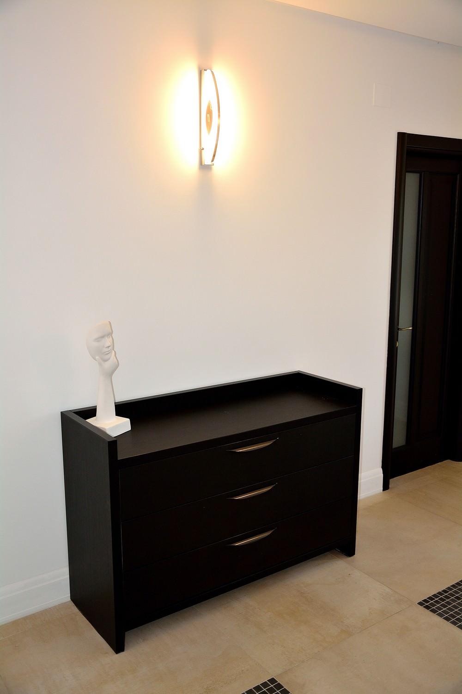 Comoda moderna living realizata din Pal Dublat Negru Striat 0190SN cu manere tip scoica din aluminiu