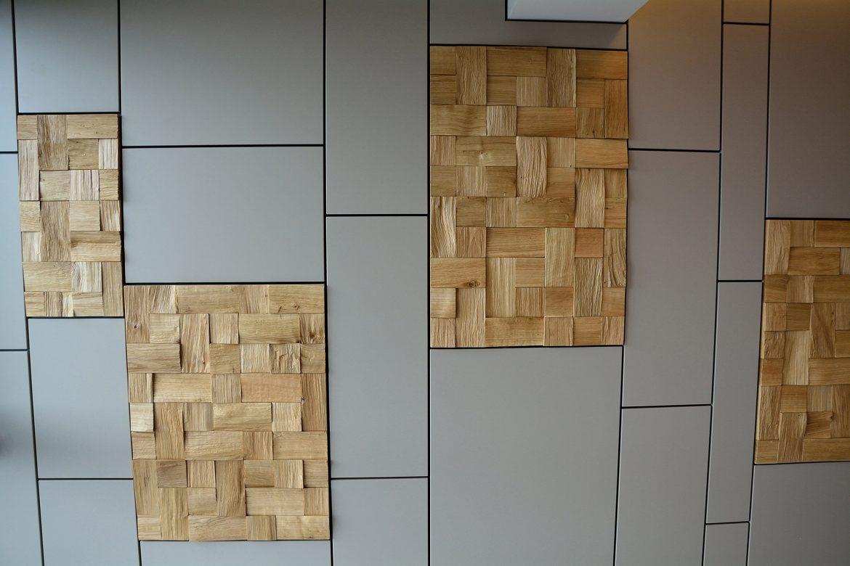 Concept placare perete realizata pe comanda din Mdf Vopsit Mat Gri cu accesorizata cu placi din lemn masiv stejar natural