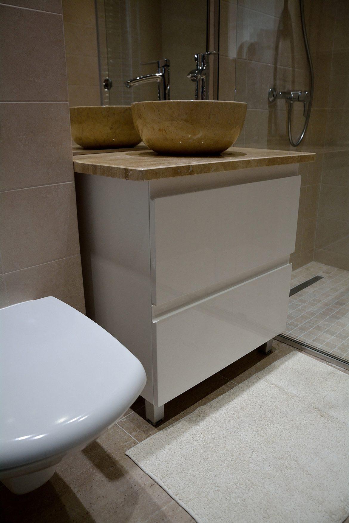 Corp baie mobilier realizat in intregime din Mdf Vopsit Lucios Alb RAL 9003 cu blat din granit crem