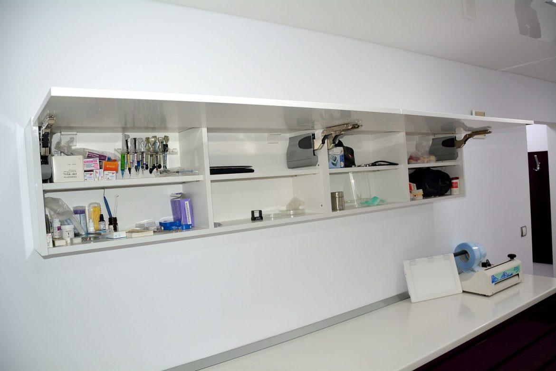 Corp cabinet stomatologic realizat din Mdf Vopsit Lucios cu sistem de ridicare Lift Aventos HK si compartimentare pentru depozitat diverse