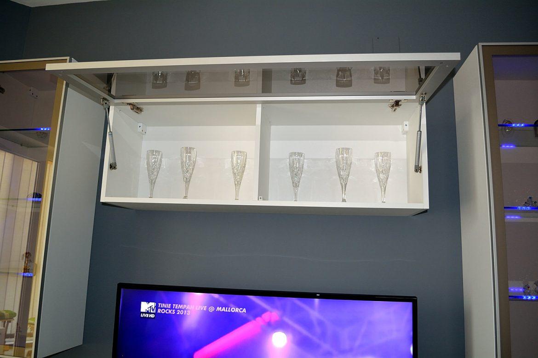 Corp suspendat modern living realizat din pal alb cu fronturi din sticla fumurie crem cu rama din duraluminiu si polite interioare din sticla cu led si sistem ridicare aventos Blum cu amortizare