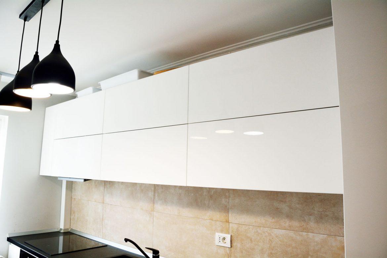 Corpuri superioare cu deschidere Tip On Blumotion MDF vopsit alb lucios RAL 9003 interior pal alb blat negru termorezistent Egger