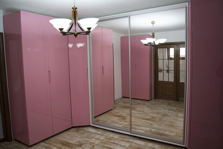 mobilier-dressing-la-comanda-realizat-din-pal-alb-dublat-cu-fronturi-din-mdf-vopsit-lucios-roz-cu-oglinda-si-sistem-din-dur-aluminiu-de-glisare-pe-usi