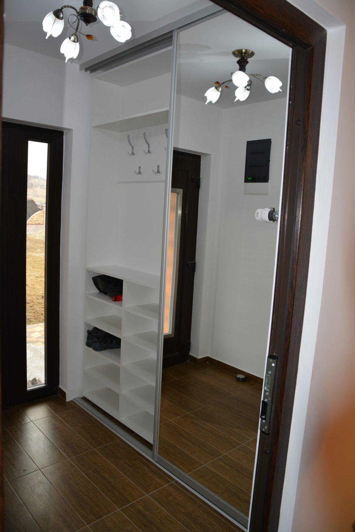 dressing-hol-incastrat-in-perete-realizat-din-pal-alb-cu-profil-usi-din-dur-aluminiu-cu-compartimentare-interioara-pentru-depozitat-diverse-si-cuier