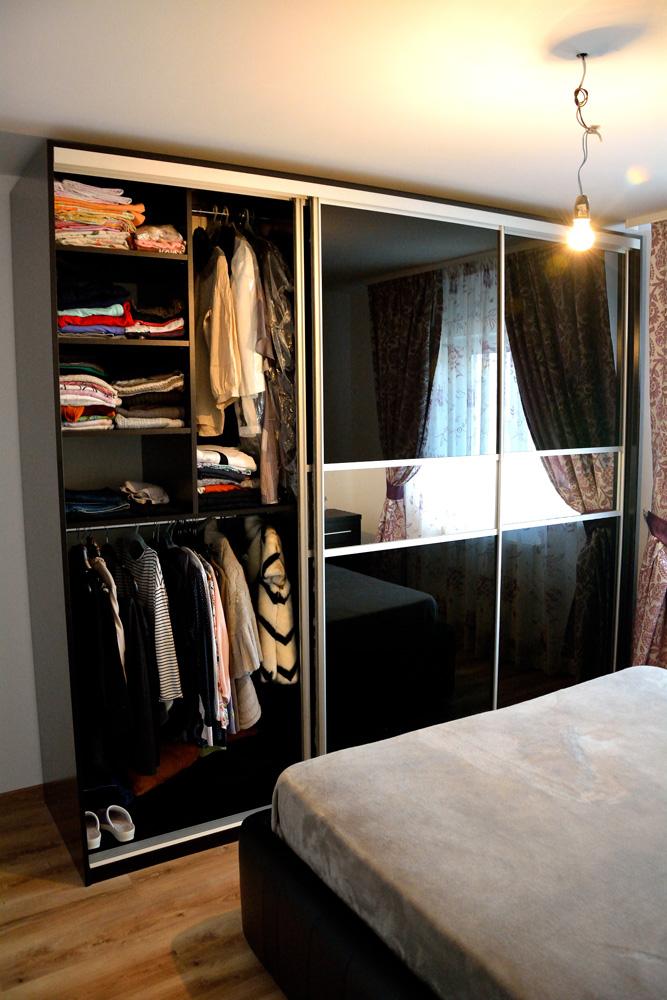 compartimentare-interioara-dressing-in-3-usi-din-sticla-neagra-vopsita-securizata-cu-banda-de-oglinda-pe-mijloc