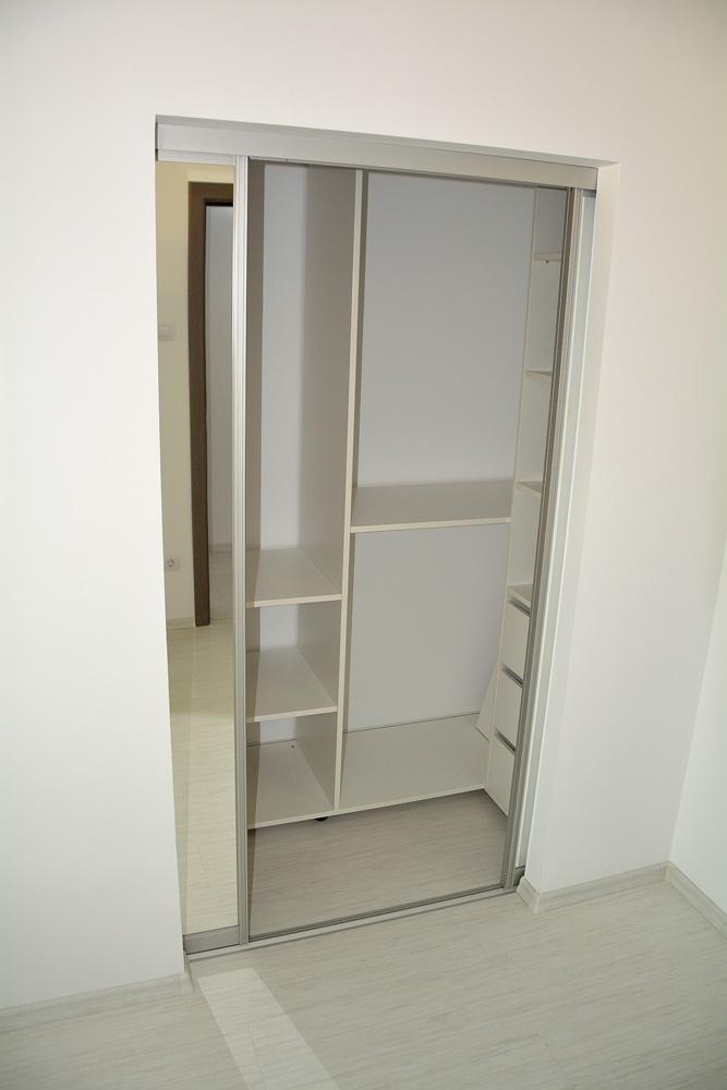 dressing-realizat-pe-comanda-incastrat-in-perete-cu-spatiu-interior-pentru-depozitat-haine-si-diverse-obiecte-casnice