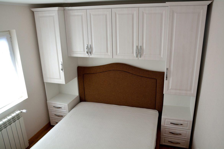 Mobilier Dormitor realizat din Pal Alb cu usi din Mdf Infoliat Larice Alb cu manere din Aluminiu si cornisa din Mdf Larice Alb