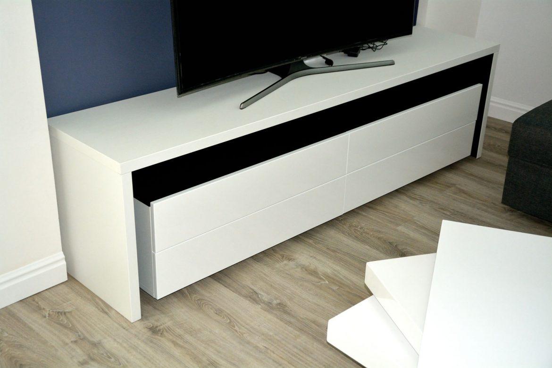 mobilier-modern-living-din-pal-dublat-negru-striat-imitatie-lemn-natur-si-fronturi-mdf-vopsit-ral-9003