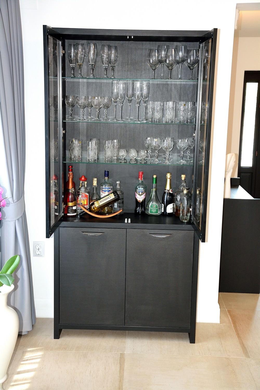 Deschidere 2 usi bar cu vinuri realizat din Pal dublat Negru Striat cu polite interioare din sticla