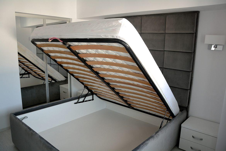 Deschidere somiera rabatabila montata pe pat tapitat in stofa moale impermeabila gri French Velvet 1
