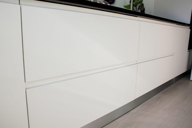 Detali fronturi din MDF vopsit alb mat cu frezare maner RAL 9003 cu sertare silentioase antaro Blum