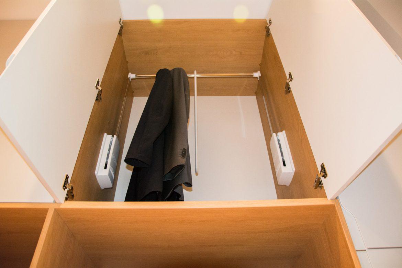 Detali interior dresing cu sistem lift bara de haine