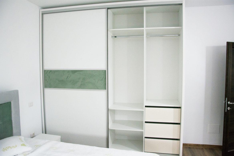 Detali interior dressing cu polite mobile si sertare silentioase antaro Blum
