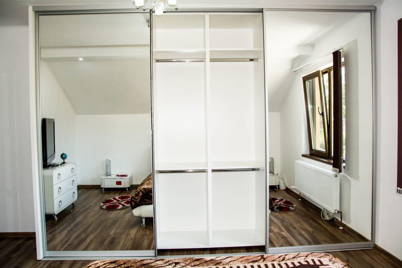 Detali interior dressing din pal alb perlat de 18 mm cu bara pentru umerase