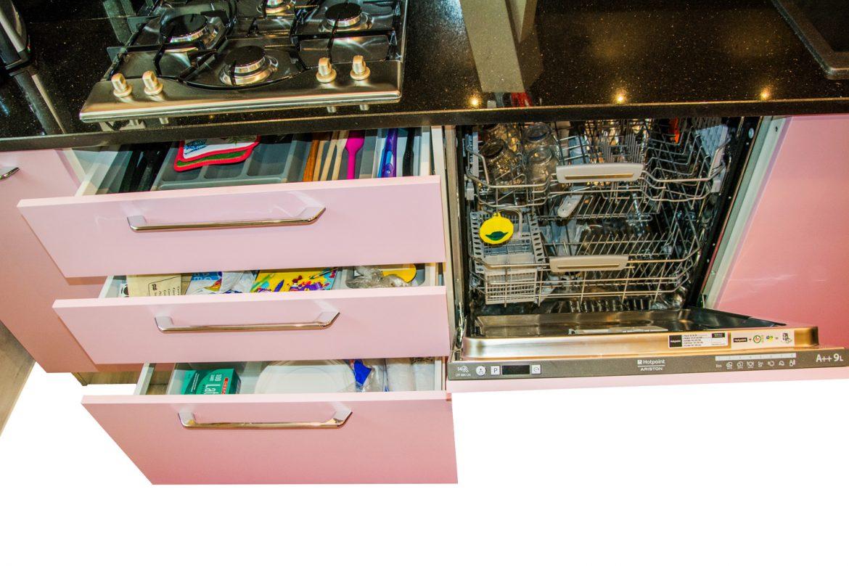 Detali masina de spalat vase incorporabila cu sertare silentioase antaro Blum cu tavita de plastic pentru tacamuri