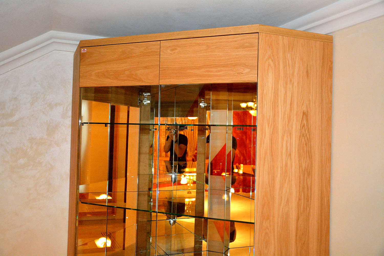 Detaliu Vitrina realizata pe comanda din lemn masiv stejar natur cu polite interioare din sticla banda led si oglinzi
