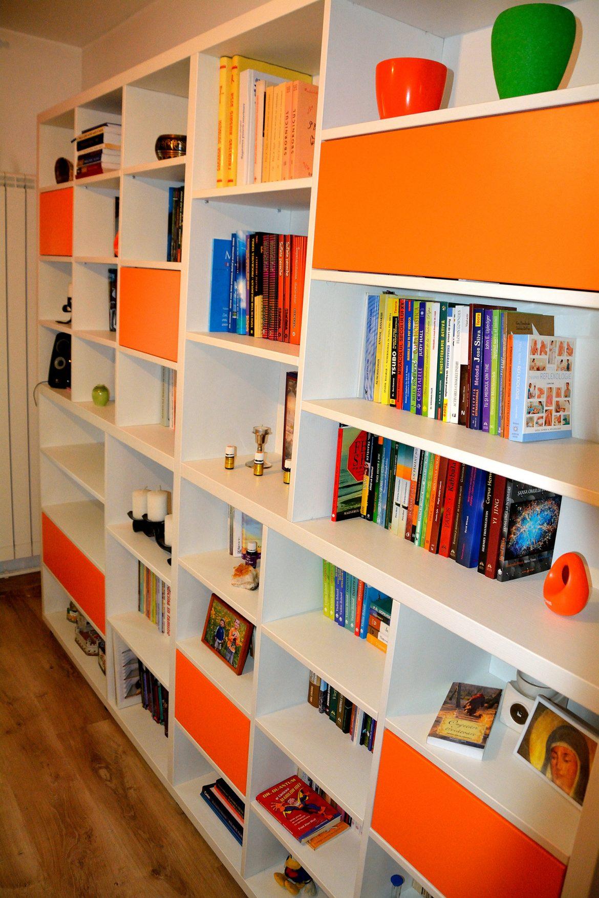 Detaliu biblioteca moderna realizata din pal alb fibros si Orange