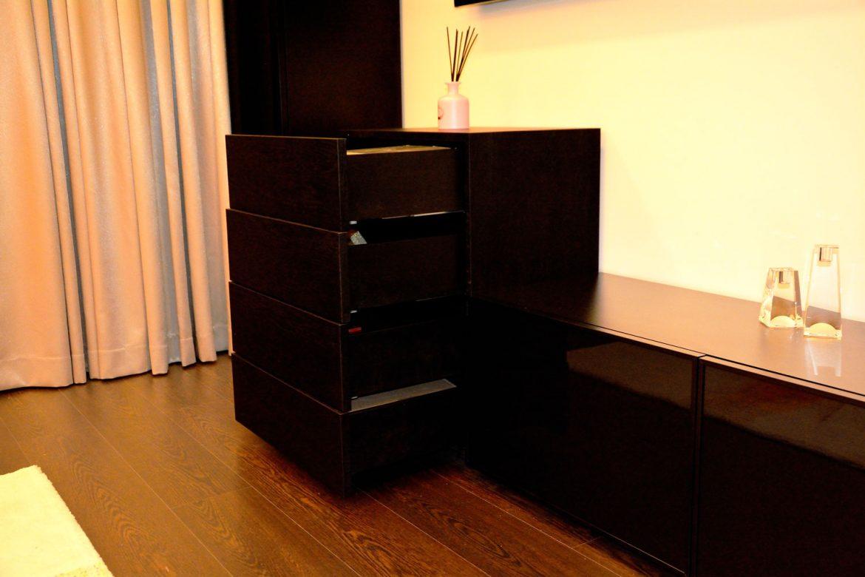 Detaliu comoda la comanda lemn masiv stejar negru cu sertare silentioase Movento Blum cu laterale lemn masiv stejar negru RAL 9005