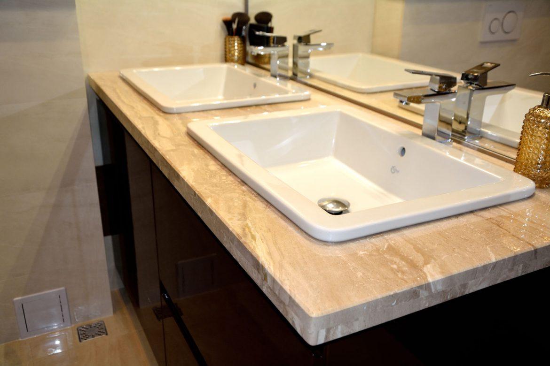 Detaliu corp baie cu blat granit si usi MDF vopsit lucios maro lucios RAL 8017 frezare manere si sertare silentioase cu amortizare Blum