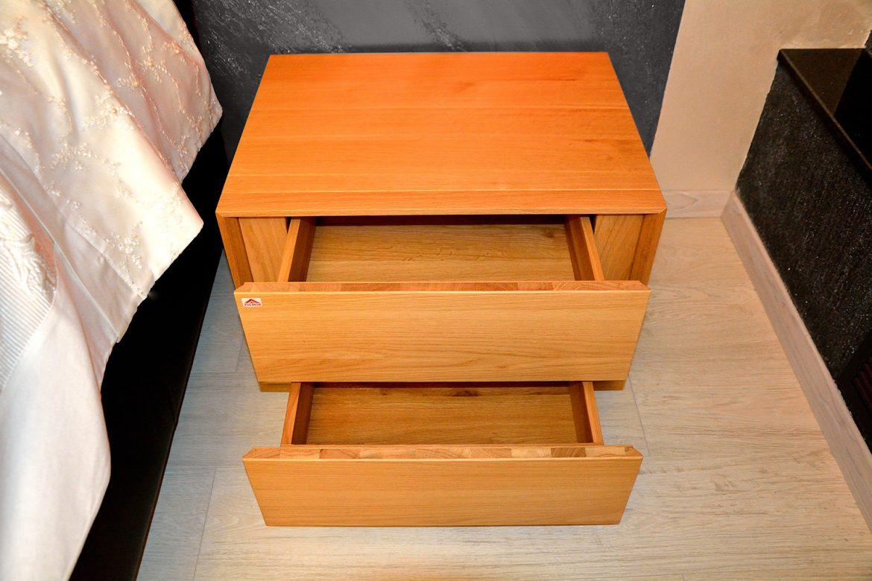 Detaliu deschidere sertare noptiera moderna dormitor matrimonial realizata pe comanda din lemn masiv stejar natur 1